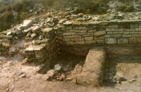 Chronicle of the Archaeological Excavations in Romania, 2000 Campaign. Report no. 98, Jurilovca, Capul Dolojman.<br /> Sector 128bis.<br /><a href='http://foto.cimec.ro/cronica/2000/098/poarta-1.jpg' target=_blank>Display the same picture in a new window</a>