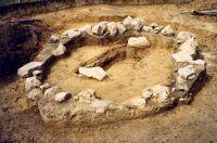 Chronicle of the Archaeological Excavations in Romania, 2001 Campaign. Report no. 181, Roşia Montană, Cârnic (Piatra Corbului).<br /> Sector Imagini_detaliu_necropola.<br /><a href='http://foto.cimec.ro/cronica/2001/181/Imagini-detaliu-necropola/013.JPG' target=_blank>Display the same picture in a new window</a>