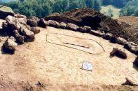 Chronicle of the Archaeological Excavations in Romania, 2001 Campaign. Report no. 181, Roşia Montană, Cârnic (Piatra Corbului).<br /> Sector Imagini_detaliu_necropola.<br /><a href='http://foto.cimec.ro/cronica/2001/181/Imagini-detaliu-necropola/024.JPG' target=_blank>Display the same picture in a new window</a>