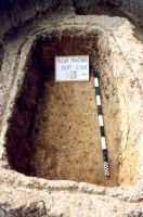 Chronicle of the Archaeological Excavations in Romania, 2001 Campaign. Report no. 181, Roşia Montană, Cârnic (Piatra Corbului).<br /> Sector Imagini_detaliu_necropola.<br /><a href='http://foto.cimec.ro/cronica/2001/181/Imagini-detaliu-necropola/026.JPG' target=_blank>Display the same picture in a new window</a>