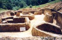 Chronicle of the Archaeological Excavations in Romania, 2001 Campaign. Report no. 181, Roşia Montană, Cârnic (Piatra Corbului).<br /> Sector Imagini_detaliu_necropola.<br /><a href='http://foto.cimec.ro/cronica/2001/181/Imagini-detaliu-necropola/028.JPG' target=_blank>Display the same picture in a new window</a>