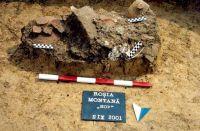 Chronicle of the Archaeological Excavations in Romania, 2001 Campaign. Report no. 181, Roşia Montană, Cârnic (Piatra Corbului).<br /> Sector Imagini_detaliu_necropola.<br /><a href='http://foto.cimec.ro/cronica/2001/181/Imagini-detaliu-necropola/034.JPG' target=_blank>Display the same picture in a new window</a>