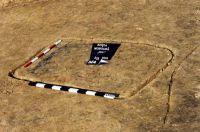 Chronicle of the Archaeological Excavations in Romania, 2001 Campaign. Report no. 181, Roşia Montană, Cârnic (Piatra Corbului).<br /> Sector Imagini_detaliu_necropola.<br /><a href='http://foto.cimec.ro/cronica/2001/181/Imagini-detaliu-necropola/035.JPG' target=_blank>Display the same picture in a new window</a>