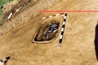 Chronicle of the Archaeological Excavations in Romania, 2001 Campaign. Report no. 181, Roşia Montană, Cârnic (Piatra Corbului).<br /> Sector Imagini_detaliu_necropola.<br /><a href='http://foto.cimec.ro/cronica/2001/181/Imagini-detaliu-necropola/039.JPG' target=_blank>Display the same picture in a new window</a>