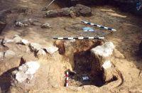 Chronicle of the Archaeological Excavations in Romania, 2001 Campaign. Report no. 181, Roşia Montană, Cârnic (Piatra Corbului).<br /> Sector Imagini_detaliu_necropola.<br /><a href='http://foto.cimec.ro/cronica/2001/181/Imagini-detaliu-necropola/053.JPG' target=_blank>Display the same picture in a new window</a>