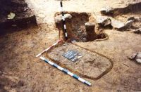 Chronicle of the Archaeological Excavations in Romania, 2001 Campaign. Report no. 181, Roşia Montană, Cârnic (Piatra Corbului).<br /> Sector Imagini_detaliu_necropola.<br /><a href='http://foto.cimec.ro/cronica/2001/181/Imagini-detaliu-necropola/054.JPG' target=_blank>Display the same picture in a new window</a>