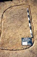 Chronicle of the Archaeological Excavations in Romania, 2001 Campaign. Report no. 181, Roşia Montană, Cârnic (Piatra Corbului).<br /> Sector Imagini_detaliu_necropola.<br /><a href='http://foto.cimec.ro/cronica/2001/181/Imagini-detaliu-necropola/062.JPG' target=_blank>Display the same picture in a new window</a>