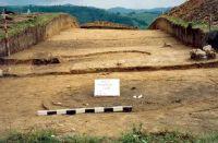 Chronicle of the Archaeological Excavations in Romania, 2001 Campaign. Report no. 181, Roşia Montană, Cârnic (Piatra Corbului).<br /> Sector Imagini_detaliu_necropola.<br /><a href='http://foto.cimec.ro/cronica/2001/181/Imagini-detaliu-necropola/069.JPG' target=_blank>Display the same picture in a new window</a>