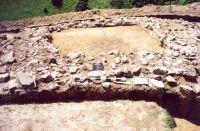Chronicle of the Archaeological Excavations in Romania, 2001 Campaign. Report no. 181, Roşia Montană, Cârnic (Piatra Corbului).<br /> Sector Imagini_detaliu_necropola.<br /><a href='http://foto.cimec.ro/cronica/2001/181/Imagini-detaliu-necropola/079.JPG' target=_blank>Display the same picture in a new window</a>