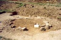 Chronicle of the Archaeological Excavations in Romania, 2001 Campaign. Report no. 181, Roşia Montană, Cârnic (Piatra Corbului).<br /> Sector Imagini_detaliu_necropola.<br /><a href='http://foto.cimec.ro/cronica/2001/181/Imagini-detaliu-necropola/101.JPG' target=_blank>Display the same picture in a new window</a>