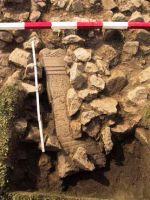 Cronica Cercetărilor Arheologice din România, Campania 2001. Raportul nr. 183, Roşia Montană, Tăul Secuilor (Pârâul Porcului).<br /> Sectorul Imagini.<br /><a href='http://foto.cimec.ro/cronica/2001/183/Imagini/alt28-in-situ.JPG' target=_blank>Priveşte aceeaşi imagine într-o fereastră nouă</a>