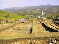 Chronicle of the Archaeological Excavations in Romania, 2001 Campaign. Report no. 183, Roşia Montană, Tăul Secuilor (Pârâul Porcului).<br /> Sector Imagini.<br /><a href='http://foto.cimec.ro/cronica/2001/183/Imagini/privire-generala-sud.JPG' target=_blank>Display the same picture in a new window</a>