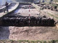 Cronica Cercetărilor Arheologice din România, Campania 2001. Raportul nr. 183, Roşia Montană, Tăul Secuilor (Pârâul Porcului).<br /> Sectorul Imagini.<br /><a href='http://foto.cimec.ro/cronica/2001/183/Imagini/s-i-zid-nord-bis.JPG' target=_blank>Priveşte aceeaşi imagine într-o fereastră nouă</a>