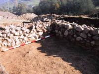 Chronicle of the Archaeological Excavations in Romania, 2001 Campaign. Report no. 183, Roşia Montană, Tăul Secuilor (Pârâul Porcului).<br /> Sector Imagini.<br /><a href='http://foto.cimec.ro/cronica/2001/183/Imagini/s-ix-coltul-de-nord-est-al-zidului.JPG' target=_blank>Display the same picture in a new window</a>