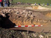 Chronicle of the Archaeological Excavations in Romania, 2001 Campaign. Report no. 183, Roşia Montană, Tăul Secuilor (Pârâul Porcului).<br /> Sector Imagini.<br /><a href='http://foto.cimec.ro/cronica/2001/183/Imagini/s-ix-daramatura-zidului-de-nord-profil-bis.JPG' target=_blank>Display the same picture in a new window</a>