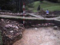 Chronicle of the Archaeological Excavations in Romania, 2001 Campaign. Report no. 183, Roşia Montană, Tăul Secuilor (Pârâul Porcului).<br /> Sector Imagini.<br /><a href='http://foto.cimec.ro/cronica/2001/183/Imagini/s1-daramatura-zid-profil-sud.JPG' target=_blank>Display the same picture in a new window</a>