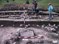 Chronicle of the Archaeological Excavations in Romania, 2001 Campaign. Report no. 183, Roşia Montană, Tăul Secuilor (Pârâul Porcului).<br /> Sector Imagini.<br /><a href='http://foto.cimec.ro/cronica/2001/183/Imagini/s1-piatra-fasonata-punct-releveu.JPG' target=_blank>Display the same picture in a new window</a>