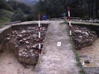 Chronicle of the Archaeological Excavations in Romania, 2001 Campaign. Report no. 183, Roşia Montană, Tăul Secuilor (Pârâul Porcului).<br /> Sector Imagini.<br /><a href='http://foto.cimec.ro/cronica/2001/183/Imagini/s1-s7-daramatura.JPG' target=_blank>Display the same picture in a new window</a>