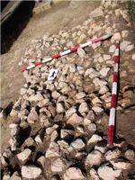 Cronica Cercetărilor Arheologice din România, Campania 2001. Raportul nr. 183, Roşia Montană, Tăul Secuilor (Pârâul Porcului).<br /> Sectorul Imagini.<br /><a href='http://foto.cimec.ro/cronica/2001/183/Imagini/s3-daramatura.JPG' target=_blank>Priveşte aceeaşi imagine într-o fereastră nouă</a>