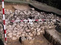 Chronicle of the Archaeological Excavations in Romania, 2001 Campaign. Report no. 183, Roşia Montană, Tăul Secuilor (Pârâul Porcului).<br /> Sector Imagini.<br /><a href='http://foto.cimec.ro/cronica/2001/183/Imagini/s3-limita-edificiu.JPG' target=_blank>Display the same picture in a new window</a>