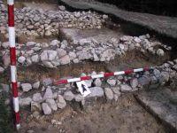 Chronicle of the Archaeological Excavations in Romania, 2001 Campaign. Report no. 183, Roşia Montană, Tăul Secuilor (Pârâul Porcului).<br /> Sector Imagini.<br /><a href='http://foto.cimec.ro/cronica/2001/183/Imagini/s3-ziduri-si-daramatura.JPG' target=_blank>Display the same picture in a new window</a>
