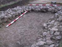 Chronicle of the Archaeological Excavations in Romania, 2001 Campaign. Report no. 183, Roşia Montană, Tăul Secuilor (Pârâul Porcului).<br /> Sector Imagini.<br /><a href='http://foto.cimec.ro/cronica/2001/183/Imagini/s5-detaliu.JPG' target=_blank>Display the same picture in a new window</a>