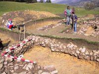 Cronica Cercetărilor Arheologice din România, Campania 2001. Raportul nr. 183, Roşia Montană, Tăul Secuilor (Pârâul Porcului).<br /> Sectorul Imagini.<br /><a href='http://foto.cimec.ro/cronica/2001/183/Imagini/s5-ziduri.JPG' target=_blank>Priveşte aceeaşi imagine într-o fereastră nouă</a>