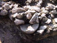 Cronica Cercetărilor Arheologice din România, Campania 2001. Raportul nr. 183, Roşia Montană, Tăul Secuilor (Pârâul Porcului).<br /> Sectorul Imagini.<br /><a href='http://foto.cimec.ro/cronica/2001/183/Imagini/s6-baza-coloana.jpg' target=_blank>Priveşte aceeaşi imagine într-o fereastră nouă</a>