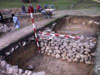 Chronicle of the Archaeological Excavations in Romania, 2001 Campaign. Report no. 183, Roşia Montană, Tăul Secuilor (Pârâul Porcului).<br /> Sector Imagini.<br /><a href='http://foto.cimec.ro/cronica/2001/183/Imagini/s7-detaliu-zid.JPG' target=_blank>Display the same picture in a new window</a>