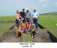Chronicle of the Archaeological Excavations in Romania, 2003 Campaign. Report no. 4, Adâncata, Dealul Lipovanului.<br /> Sector T8 2003.<br /><a href='http://foto.cimec.ro/cronica/2003/004/T8-2003/adancata-colectiv-t8-a.JPG' target=_blank>Display the same picture in a new window</a>