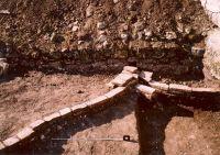 Cronica Cercetărilor Arheologice din România, Campania 2003. Raportul nr. 142, Pietroasele, SCV Pietroasa<br /><a href='http://foto.cimec.ro/cronica/2003/142/pietroasele-g-canalizare.jpg' target=_blank>Priveşte aceeaşi imagine într-o fereastră nouă</a>