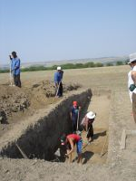 Chronicle of the Archaeological Excavations in Romania, 2007 Campaign. Report no. 1, Adamclisi, Cetate.<br /> Sector tumul.<br /><a href='http://foto.cimec.ro/cronica/2007/001-ADAMCLISI-CT-TropaeumTraiani-C/tumul/DSC02201.JPG' target=_blank>Display the same picture in a new window</a>