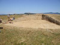 Cronica Cercetărilor Arheologice din România, Campania 2007. Raportul nr. 19, Brăduţ, Dealul Rotund (Muntele de Piatră)<br /><a href='http://foto.cimec.ro/cronica/2007/019-BRADUT-CV-DealulRotund-C/DSCF0156.jpg' target=_blank>Priveşte aceeaşi imagine într-o fereastră nouă</a>