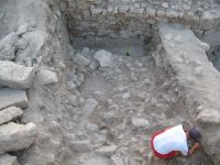 Chronicle of the Archaeological Excavations in Romania, 2007 Campaign. Report no. 75, Hârşova, Tell<br /><a href='http://foto.cimec.ro/cronica/2007/075-HARSOVA-CT-Carsium-C/foto-11-sj-3-fundatia-i-2-taie-nivelul-de-distrugere-al-i-2.jpg' target=_blank>Display the same picture in a new window</a>