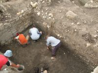 Chronicle of the Archaeological Excavations in Romania, 2007 Campaign. Report no. 75, Hârşova, Tell<br /><a href='http://foto.cimec.ro/cronica/2007/075-HARSOVA-CT-Carsium-C/foto-2-sj-2-nivelul-de-demantelare-a-turnului.jpg' target=_blank>Display the same picture in a new window</a>