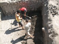 Chronicle of the Archaeological Excavations in Romania, 2007 Campaign. Report no. 75, Hârşova, Tell<br /><a href='http://foto.cimec.ro/cronica/2007/075-HARSOVA-CT-Carsium-C/foto-5-extinderea-sj-2-spre-sud.jpg' target=_blank>Display the same picture in a new window</a>