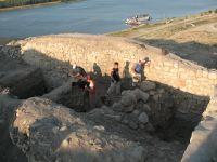 Chronicle of the Archaeological Excavations in Romania, 2007 Campaign. Report no. 75, Hârşova, Tell<br /><a href='http://foto.cimec.ro/cronica/2007/075-HARSOVA-CT-Carsium-C/foto-9-excavarea-in-sj-3.jpg' target=_blank>Display the same picture in a new window</a>
