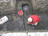 Chronicle of the Archaeological Excavations in Romania, 2007 Campaign. Report no. 146, Rugăneşti, Biserica Reformată<br /><a href='http://foto.cimec.ro/cronica/2007/146-RUGANESTI-HR-3/sapatura.jpg' target=_blank>Display the same picture in a new window</a>