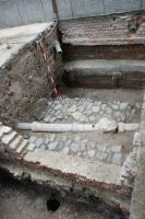 Chronicle of the Archaeological Excavations in Romania, 2007 Campaign. Report no. 187, Timişoara, Castelul Huniade<br /><a href='http://foto.cimec.ro/cronica/2007/187-TIMISOARA-TM-CastelHuniade-2/fig-1-s-2-zidul-gardului-si-pavajuul-din-c-1-3.JPG' target=_blank>Display the same picture in a new window</a>