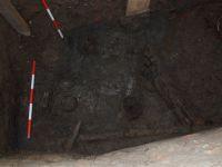 Cronica Cercetărilor Arheologice din România, Campania 2007. Raportul nr. 187, Timişoara, Freidorf<br /><a href='http://foto.cimec.ro/cronica/2007/187-TIMISOARA-TM-CastelHuniade-2/fig-6-s-1-materiale-de-sub-barnele-din-c-2-3.JPG' target=_blank>Priveşte aceeaşi imagine într-o fereastră nouă</a>