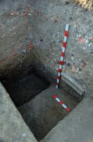 Chronicle of the Archaeological Excavations in Romania, 2008 Campaign. Report no. 30, Frumuşeni, Mănăstirea Bizere (Fântâna Turcului)<br /><a href='http://foto.cimec.ro/cronica/2008/030/ancadrament-in-profil.JPG' target=_blank>Display the same picture in a new window</a>