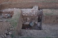 Chronicle of the Archaeological Excavations in Romania, 2008 Campaign. Report no. 30, Frumuşeni, Mănăstirea Bizere (Fântâna Turcului)<br /><a href='http://foto.cimec.ro/cronica/2008/030/latura-e-refectoriu.JPG' target=_blank>Display the same picture in a new window</a>