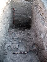 Chronicle of the Archaeological Excavations in Romania, 2008 Campaign. Report no. 34, Hârşova, Tell<br /><a href='http://foto.cimec.ro/cronica/2008/034/foto-17-nivelul-de-distrugere-din-spatele-incintei-mari.jpg' target=_blank>Display the same picture in a new window</a>