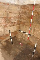 Chronicle of the Archaeological Excavations in Romania, 2008 Campaign. Report no. 115, Alba Iulia, Catedrala romano-catolică<br /><a href='http://foto.cimec.ro/cronica/2008/115/3-detalii-de-zidarie-latura-de-est-a-palatului-i.jpg' target=_blank>Display the same picture in a new window</a>