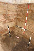 Cronica Cercetărilor Arheologice din România, Campania 2008. Raportul nr. 115, Alba Iulia, Catedrala romano-catolică<br /><a href='http://foto.cimec.ro/cronica/2008/115/3-detalii-de-zidarie-latura-de-est-a-palatului-i.jpg' target=_blank>Priveşte aceeaşi imagine într-o fereastră nouă</a>