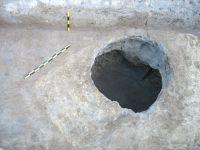 Cronica Cercetărilor Arheologice din România, Campania 2008. Raportul nr. 143, Constanţa, Poarta de Nord<br /><a href='http://foto.cimec.ro/cronica/2008/143/05-tomis-08-ocpi-siii-groapa-sec-v-taie-mormant-sec-i-p-chr.JPG' target=_blank>Priveşte aceeaşi imagine într-o fereastră nouă</a>