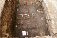 Chronicle of the Archaeological Excavations in Romania, 2009 Campaign. Report no. 98, Alba Iulia, Catedrala romano-catolică<br /><a href='http://foto.cimec.ro/cronica/2009/preventive/098/4-Morminte-descoperite-in-sapatura.JPG' target=_blank>Display the same picture in a new window</a>