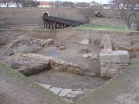 Chronicle of the Archaeological Excavations in Romania, 2009 Campaign. Report no. 2, Alba Iulia, Cetate<br /><a href='http://foto.cimec.ro/cronica/2009/sistematice/002/5-cladirea-romana-si-podul-dintre-ravelin-si-caponiera.jpg' target=_blank>Display the same picture in a new window</a>