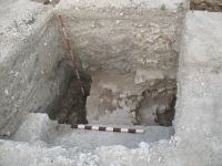 Chronicle of the Archaeological Excavations in Romania, 2009 Campaign. Report no. 27, Hârşova, La Cetate (Carsium)<br /><a href='http://foto.cimec.ro/cronica/2009/sistematice/027/17-HARSOVA-S-II-T-1-Zidul-de-vest-si-plomba-pentru-blocarea-portii.jpg' target=_blank>Display the same picture in a new window</a>