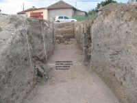 Chronicle of the Archaeological Excavations in Romania, 2009 Campaign. Report no. 27, Hârşova, La Cetate (Carsium)<br /><a href='http://foto.cimec.ro/cronica/2009/sistematice/027/22-harsova-s-ii-vedere-spre-poarta-en-profile-sectiunea-cantacuzino.jpg' target=_blank>Display the same picture in a new window</a>